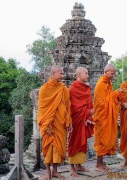 まだ小学校高学年と思われる僧侶たち