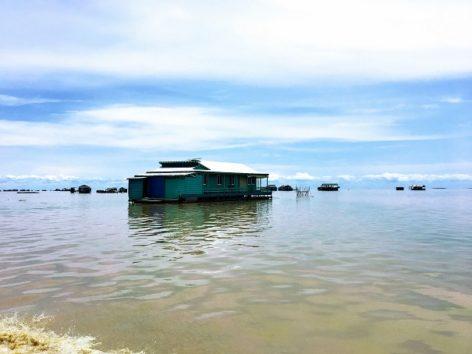 湖に浮かぶ家たち