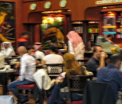 カタール・ドーハ国際空港のカフェで(Photo by 佐藤めぐみ)