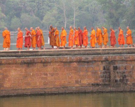 オレンジ色は僧侶の袈裟の色として敬意が必要(Photo by 朝比奈)