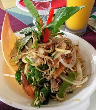 バナナフラワーのサラダ(Photo by 朝比奈)