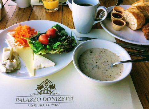 パラッツォ・ドニゼッティ・ホテルの朝食(Photo by 朝比奈)