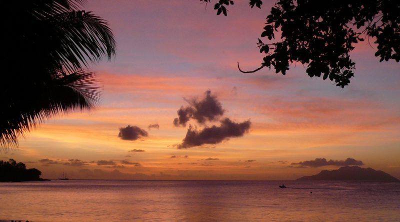 ハワイの夕陽に溶け込む優しい音楽をどうぞ(Photo by 朝比奈)