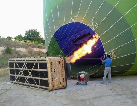 ガスでみるみる膨らむ気球(Photo by 朝比奈)