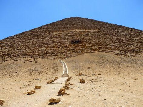 赤のピラミッド(Photo by 朝比奈)