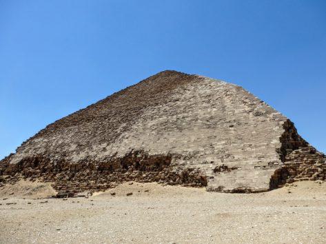 スネフェル王の屈折ピラミッドはもうボロボロ(Photo by 朝比奈)