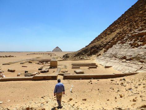 赤のピラミッドからきれいに見える屈折ピラミッド(Photo by 朝比奈)