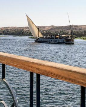 ラグジュアリーなDahabiya船が優雅に通り過ぎるナイル川(Photo by 朝比奈)