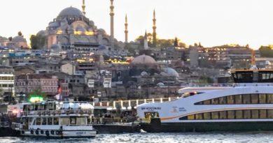 連絡船や観光船がずらりと並ぶイスタンブール歴史地区のエミノニュ(Photo by 朝比奈)