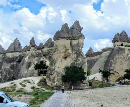 人の姿が見えますか?奇岩には巨大なものも多いカッパドキア(Photo by 朝比奈)