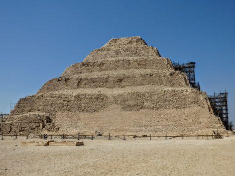 階段ピラミッドはやや小ぶり(Photo by 朝比奈)