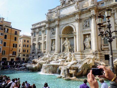 観光客でごった返すローマの「トレヴィの泉」(Photo by 朝比奈)