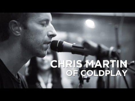 """「いつの日か一緒に飛べる日も…」という切ない思いに涙  画像:YouTube『Chris Martin of Coldplay """"O"""" // Alt Nation // SiriusXM 』のサムネイル"""