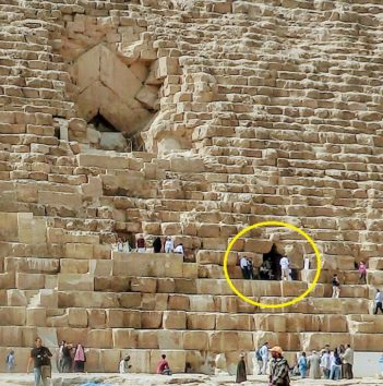 クフ王のピラミッド、現在の入口は右下の方(Photo by 朝比奈)