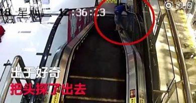 2018/08/24 に公開YouTube『Curious boy on escalator gets his head stuck after peering over handrail』のサムネイル