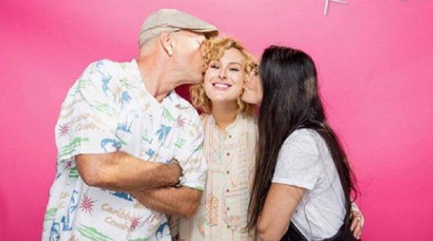 両親に囲まれ幸せそうなルーマー・ウィリス
