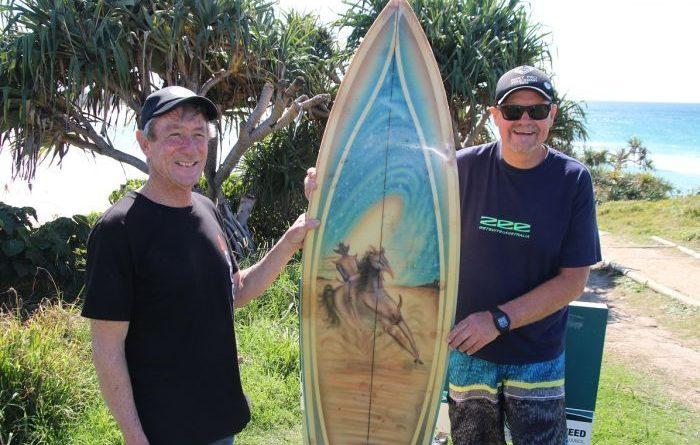 「同じサーファーとして彼の気持ちはよく分かる」とミック・レイさん(左)