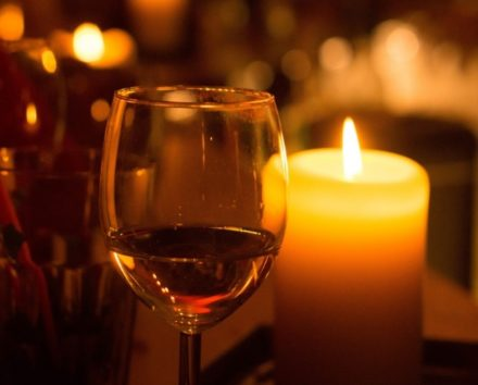 ワイン片手にやさしい音楽を…(画像はイメージです)
