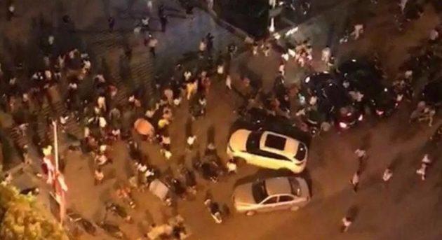 広場を車が暴走し、計55名の死傷者を出す
