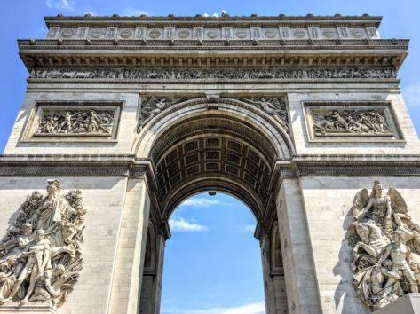 「想像していたよりも大きい」と言う人がほとんど 凱旋門を下から(Photo by 朝比奈)