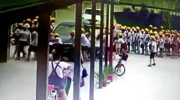 教師の車が児童の列に突っ込む