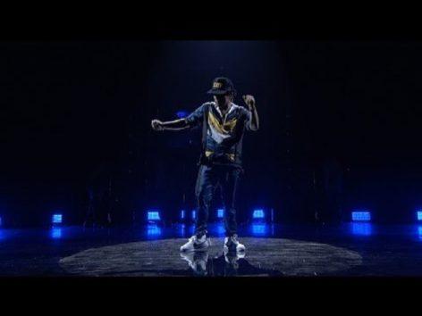 """まさに""""アーティスト""""!(画像:YouTube Bruno Mars『24K Magic [American Music Awards Performance]』 のサムネイル)"""