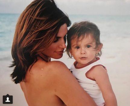カイア・ガーバー赤ちゃん当時の顔を母シンディが公開