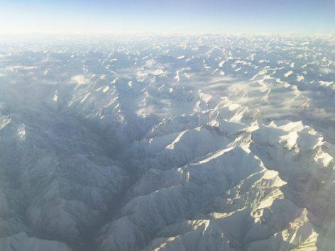 手が届くのでは思うほど近く見えるヒマラヤ山脈