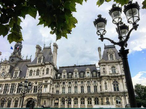 実に絵になるパリ市庁舎(Photo by 朝比奈)