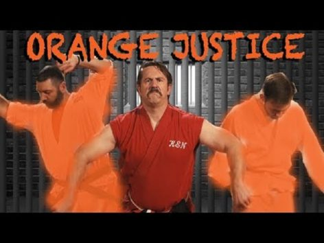 刑務所で2人の危険人物に襲われたら…(画像:YouTube『Master Ken teaches Orange Justice Dance 』のサムネイル)