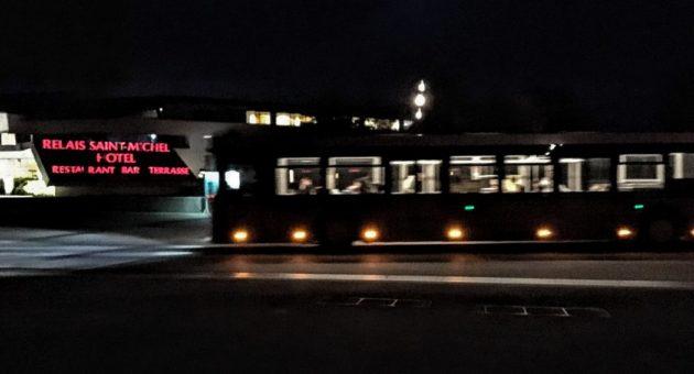 島と対岸のホテル街を結ぶ無料のシャトルバスは深夜まで(Photo by 朝比奈)
