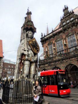 ローラント像は10メートルもの高さが(Photo by 朝比奈)