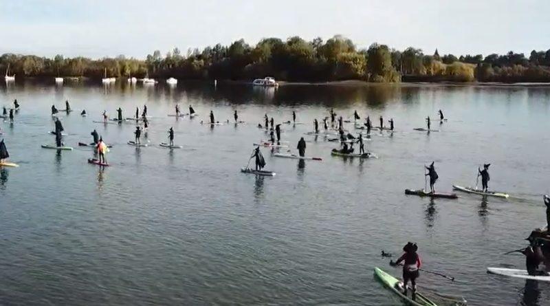 魔女たちがパドルボートで川に繰り出した米オレゴン州