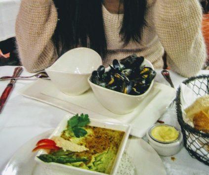 モンサンミッシェルに来たらムール貝を食べなくっちゃ!(Photo by 朝比奈)