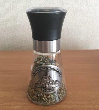 モンサンミッシェルで買ったハーブ入りのゲランド塩(Photo by 朝比奈)