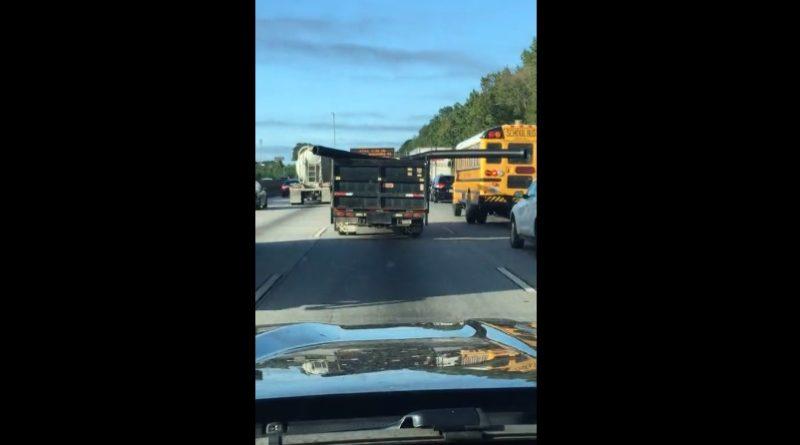 トラックの荷台から飛び出した大型のパイプが…