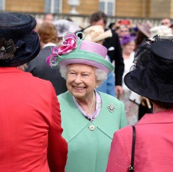 誕生日ケーキのような帽子も可愛らしい英エリザベス女王。