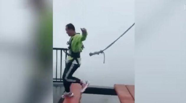 2018/10/03公開YouTube『CGTN-Safety cord falls off harness as man hops on high bridge in SW China』のサムネイル