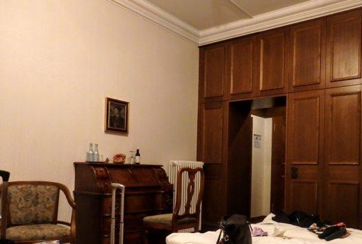 ホテル・ミュラーの客室、ウェルカムドリンクはワイン(Photo by 朝比奈)