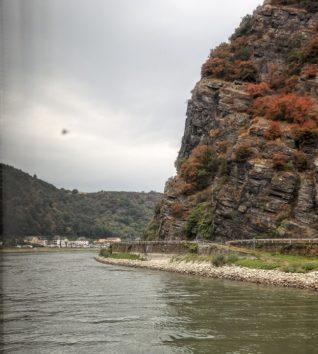 きれいに紅葉、ローレライの岩山(Photo by 朝比奈)