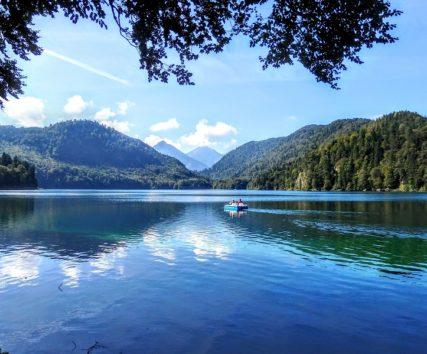 アルプ湖のほとりは腹ごなしにもちょうどよい散歩コース(Photo by 朝比奈)