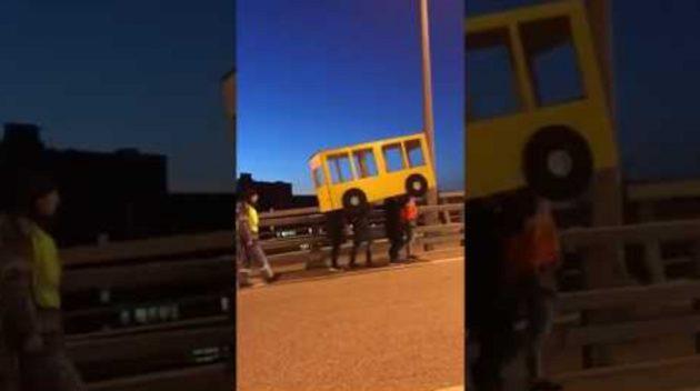 画像:2018/11/12に公開YouTube『Новинка-Владивосток - парни прикинулись автобусом, чтобы пройти по Золотому мосту』のサムネイル