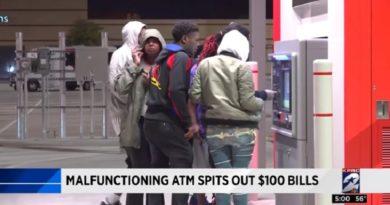ATMが10ドル札と100ドル札の認識を誤り過払い!