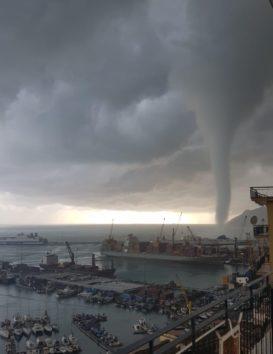 イタリアのティレニア海で水上竜巻が発生