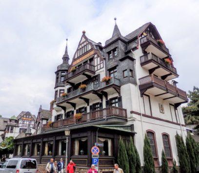 美しいホテルが並ぶアススマンスハウゼン(Photo by 朝比奈)