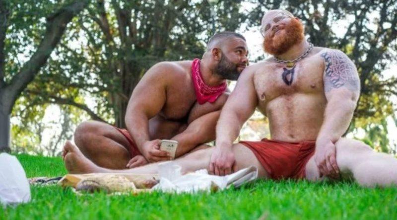鎖でつながれた奴隷の役を好んだ男性(右)が死亡