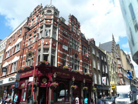 ロンドンのステイで意気投合したCAとアイリッシュパブへ(Photo by 佐藤めぐみ)