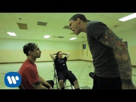 歌詞の意味が深い。(画像:YouTube『Shinedown - Enemies (Official Video)』のサムネイル)