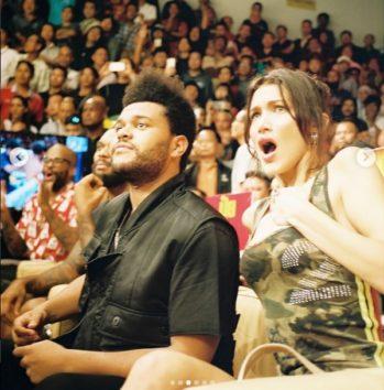 タイにてボクシングを観戦中の2人