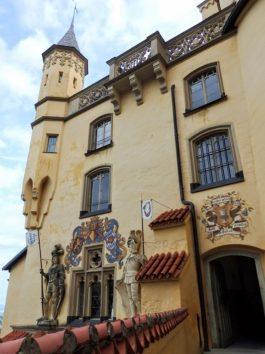 お城の入口には鮮やかな壁画やレリーフが(Photo by 朝比奈)